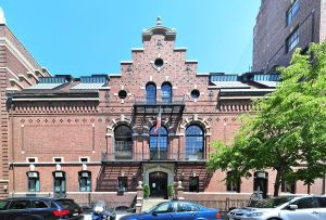 75 Montague Street, Brooklyn Heights, a century-old building (Courtesy Joe Mabel, via Wikimedia Commons).