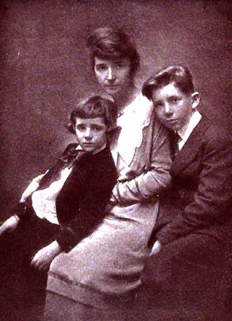 Margaret Sanger and her sons Grant and Stuart, around 1919 (Courtesy Wikimedia Commons; public domain).